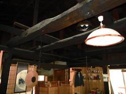 居間の天井・黒い梁
