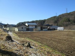 北側より(地続きの広い畑と建物)