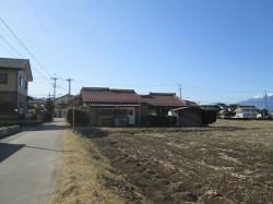 北側から(東側道路付きと住宅)