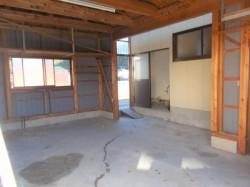 本屋北側の作業場や車庫にも使える倉庫。