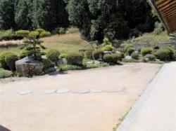 広々とした前庭を見ています。
