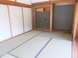 離れ一階の和室を見ています。
