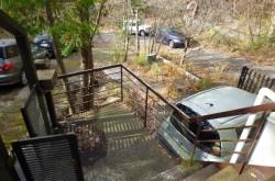 駐車スペース横のウッドデッキ